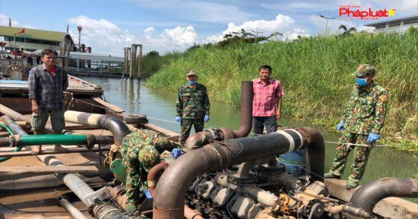 Bắt giữ ghe gỗ mang biển kiểm soát Campuchia khai thác cát sông trái phép