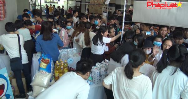 Hàng trăm sinh viên mua được nhu yếu phẩm với giá 0 đồng