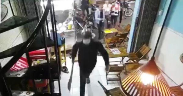 Hãi hùng nhóm người cầm hung khí vào quán trà sữa chém loạn xạ giữa phố Sài Gòn