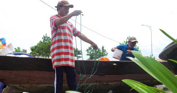 Ngư dân Đà Nẵng kiểm tra lại phương tiện để vươn khơi sau bão số 5