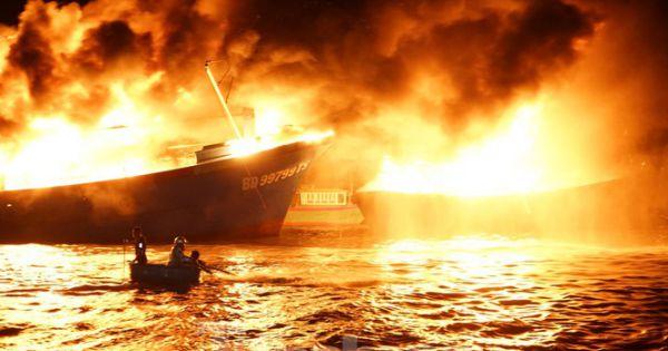 2 tàu cá, 1 ca nô bốc cháy dữ dội trong đêm ở Khánh Hòa