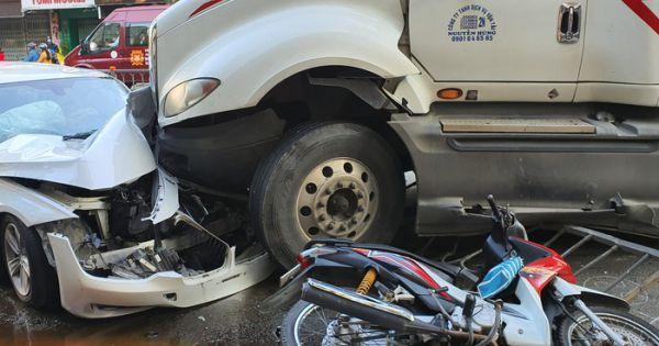 Xe container đại náo đường phố Sài Gòn, tông nát đầu 'xế hộp' BMW