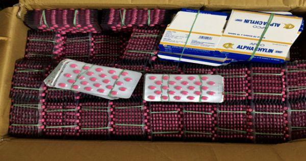 """Phát hiện 10.000 đơn vị thuốc tân dược đang được """"đeo vác"""" qua biên giới"""