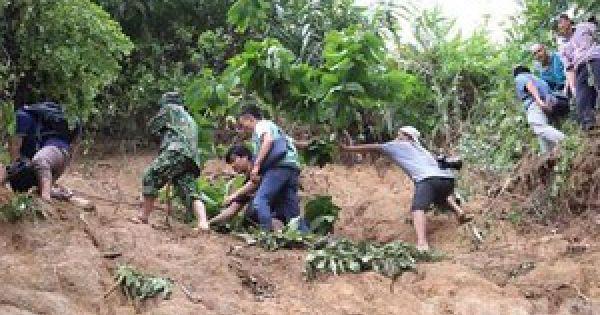 Khẩn trương gửi hàng tiếp ứng cho người dân vụ sạt lở tại Phước Sơn