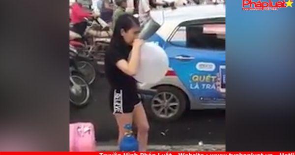 """""""Hotgirl bóng cười"""" hít bóng giữa phố, """"dẫn"""" taxi đi khắp Hà Nội"""