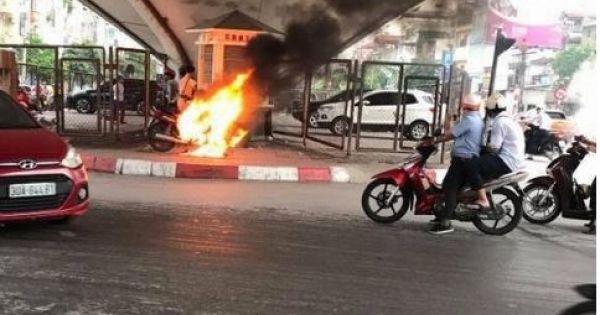 Hà Nội: Một người đàn ông đốt xe máy sau khi bị CSGT bắt vi phạm?