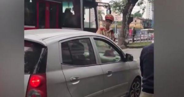 Nữ tài xế ở Hà Nội nhấn ga đẩy Cảnh sát giao thông trên phố