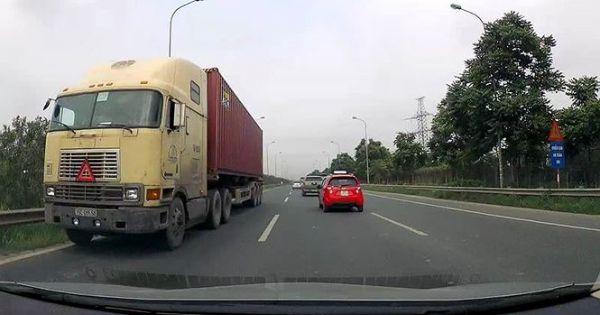 CSGT Hà Nội truy tìm xe container chạy ngược chiều trên cao tốc