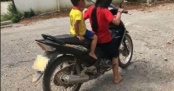 Bé gái 10 tuổi lái xe máy chở em nhỏ