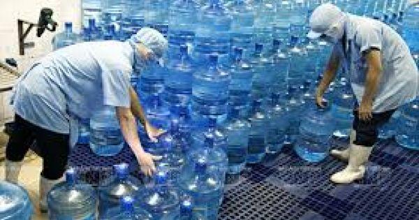 """Hàng loạt cơ sở sản xuất nước uống đóng chai """"bẩn""""tại Hà Nội bị xử phạt"""