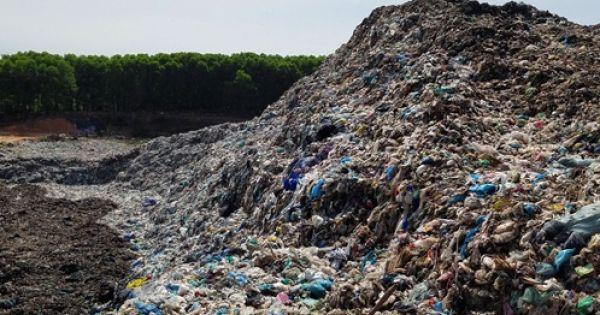 Thừa Thiên Huế: Rác thải chất như núi, bốc mùi hôi khiến người dân bức xúc