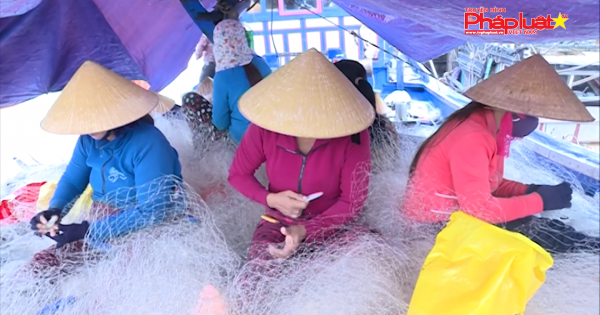 Phụ nữ biển với nghề vá lưới thuê