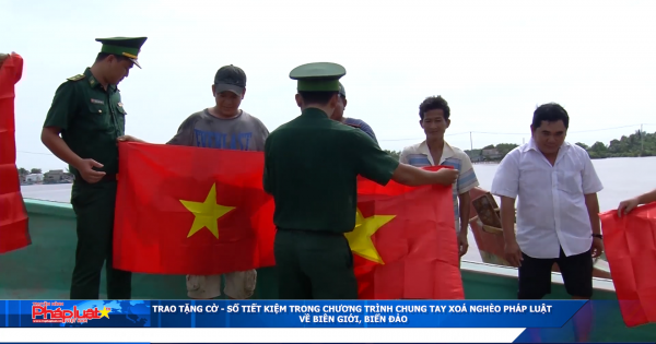 """Trao tặng cờ - sổ tiết kiệm trong chương trình """"Chung tay xóa nghèo pháp luật về biên giới, biển đảo""""."""