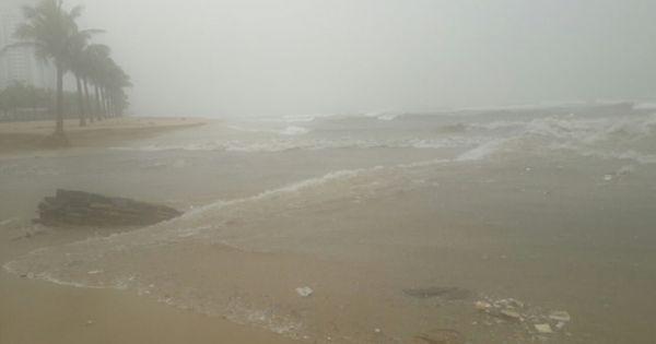 Biển Đà Nẵng lại hứng nước thải đen ngòm khi cửa xả Mỹ An sạt lở
