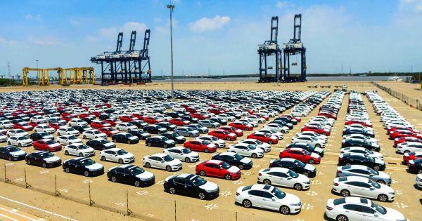 Hơn 2.000 ô tô dưới 9 chỗ về Việt Nam trong tuần qua; chủ yếu là xe Thái