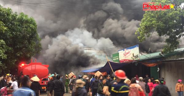 Nghệ An: Cháy lớn khu kho chứa hàng gần chợ Vinh, thiệt hại lớn