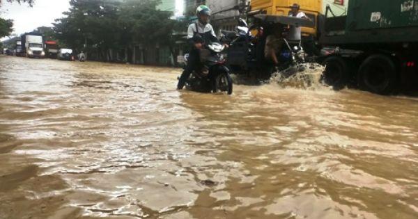 Hàng nghìn nhà dân ở Bình Định ngập trong lũ