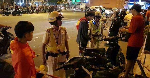 """TP.HCM: Hơn 100 xe máy bị tạm giữ khi """"đi bão"""" mừng Việt Nam vô địch AFF Cup"""