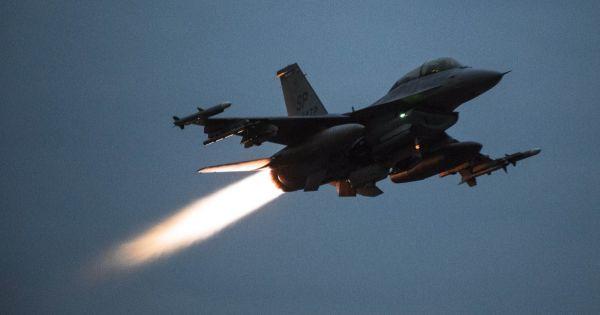 Không quân Israel bất ngờ tập kích thủ đô Syria
