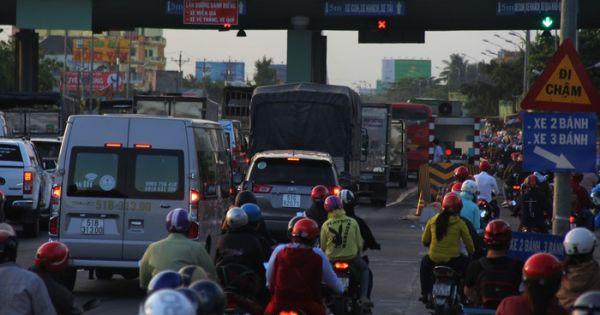Ùn ứ hơn 10km, cầu Rạch Miễu buộc phải xả trạm