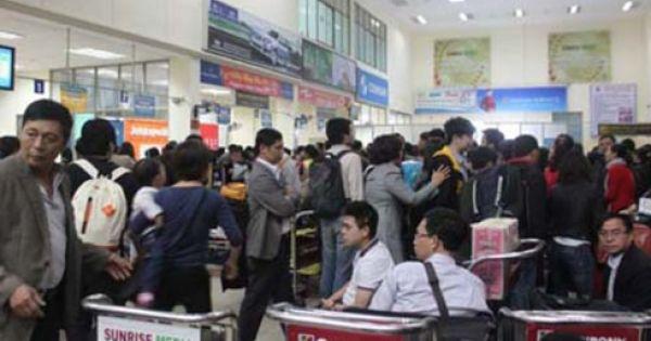 Khách vật vờ hơn 2 giờ đợi lấy hành lý ở sân bay Nội Bài ngày cận tết