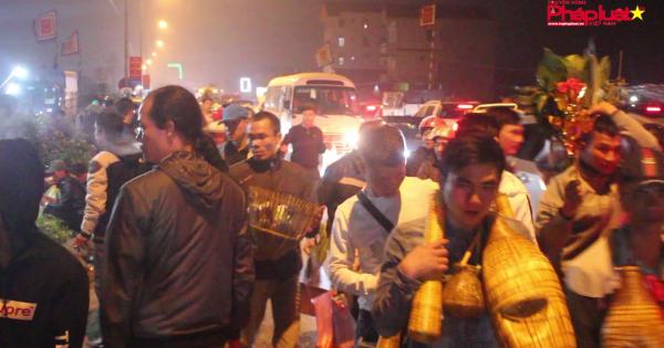 Hàng nghìn du khách đổ về chợ Viềng cầu may