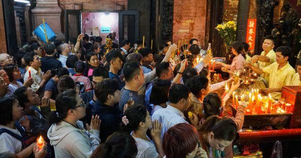 Người dân ùn ùn đi chùa Ngọc Hoàng ở TP HCM cầu an