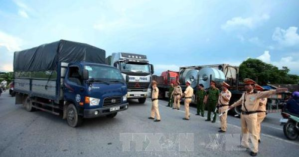 Tịch thu bằng gần 500 lái xe chở quá tải trong tháng đầu năm
