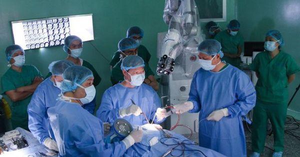 Lần đầu tiên dùng robot phẫu thuật u não cho bệnh nhân