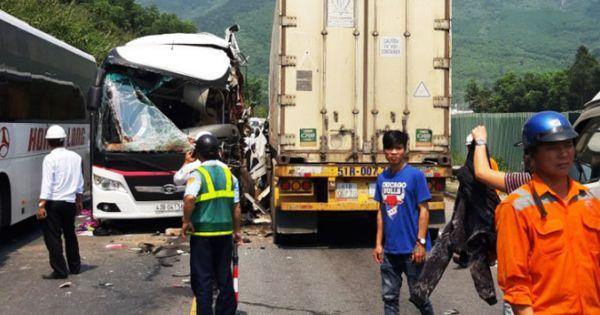 Xe khách đối đầu container, 11 du khách bị thương ở Đà Nẵng