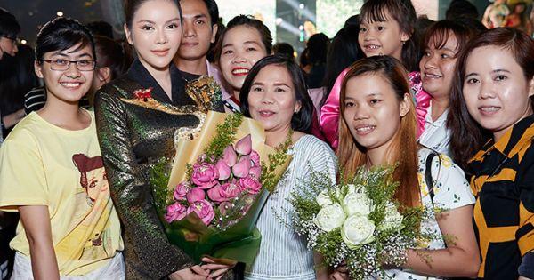 Đại sứ danh dự Lý Nhã Kỳ diện áo dài dát vàng tham gia Lễ hội Áo dài TP HCM