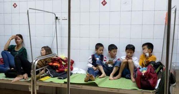 44 học sinh ngộ độc vì tưởng bột thông bồn cầu là cốm canxi