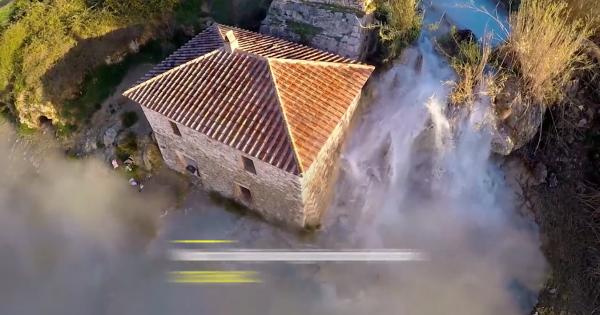 Hồ nước nóng xanh như ngọc giữa thị trấn hoang vu ở Italy