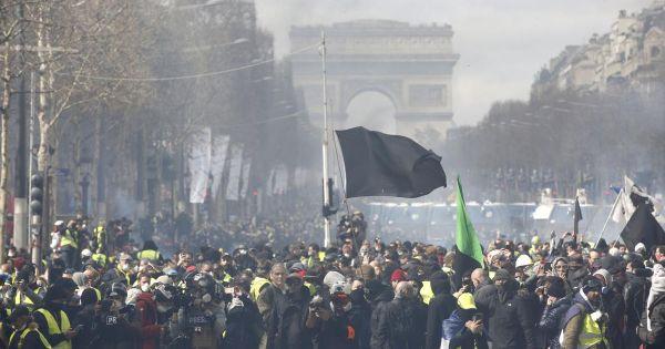 """Biểu tình """"Áo vàng"""" Pháp bất ngờ bùng phát thành bạo loạn"""