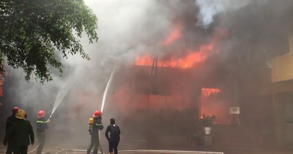 Cháy khách sạn 8 tầng ở TP Vinh, một người chết