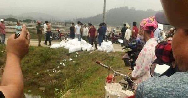 Phát hiện hàng chục bao tải chứa gần 1 tấn nghi ma túy bỏ giữa đồng muối